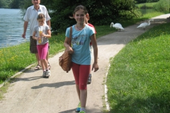 Sprehajalci ob Velenjskem jezeru