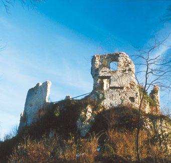 Ruševine Zbelovskega gradu nad vasjo Zbelovo