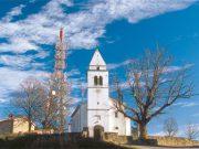 Vrh Tinjanskega hriba si delita antenski stolp in cerkev sv. Mihaela