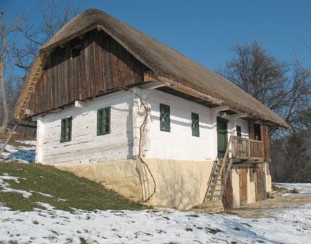 Kozjanska hiša Ravno 13 je mlajša in samo na zunaj ohranjena takšna kot je bila