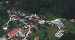 Zračni posnetek vasi Pišece s Pleteršnikovo domačijo v skrajnem levem kotu zgoraj