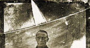 Janez Puhar, Avtoportret, fotografija na steklu (hyalotipija, svetlopis), 12 x 10 cm, Narodni muzej Slovenije, foto T. Lauko