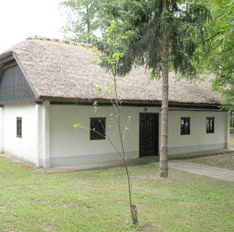 S slamo krita prenešena hiša, ki jo je na ta prostor postavila občina Turnišče in v njej uredila čevljarski muzej.
