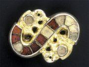 Pozlačena srebrna sponka v obliki črke S s poldragimi kamni almadini