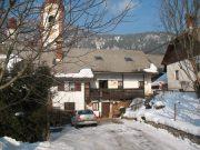 Jalnova hiša - nekdanja mežnarja s cerkvijo sv. Klemena v ozadju