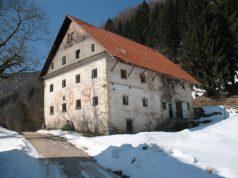 Velika in dobro ohranjena hiša Šturmajce v Gorenji Kanomlji