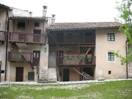 Pogled na opisano in v muzej spremenjeno domačijo v Ščirnovem ogradu z dvorišča