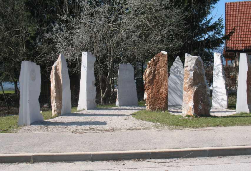 Monolitni kamni ob gostiscu Kebe