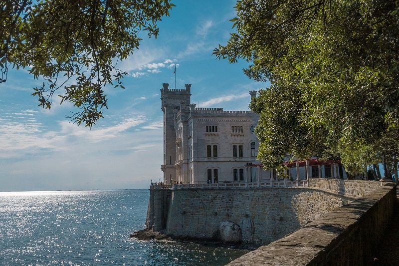 Grad Miramare leži v tržaškem zalivu